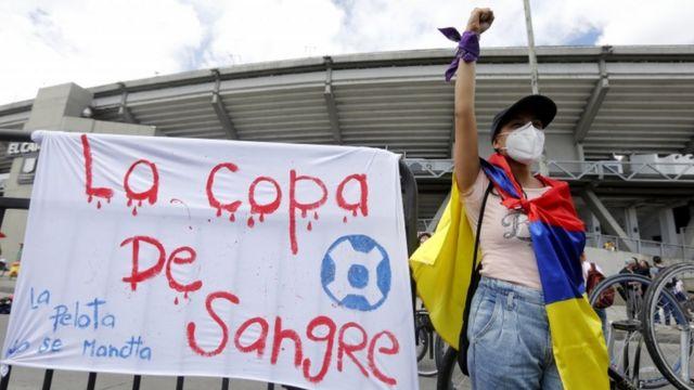 """Cartel el Colombia con la leyenda:""""La copa de sangre"""""""