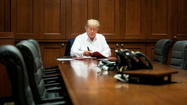 آقای ترامپ در حال کار در اتاق کنفرانس بیمارستان