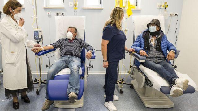 意大利西西里岛卡塔尼亚省坎尼扎罗医院化疗室内癌症病人在新冠病毒防护措施下接受治疗(25/11/2020)