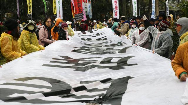 二二八紀念中樞儀式的場外,仍有自由台灣黨的人士發起抗