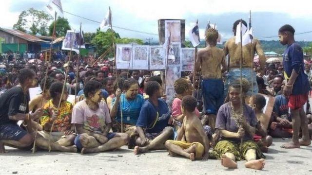 Orang asli Papua di Nduga, di pegunungan tengah Papua, tengah berdemonstrasi.