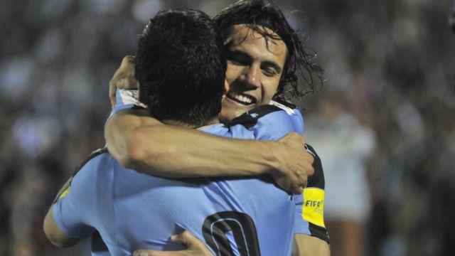 Cavani y Suárez se abrazan