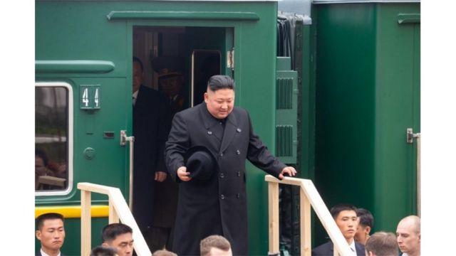 (캡션) 연해주 주정부 사이트에 올라온 러시아 하산 역에 도착한 김정은 국무위원장 사진