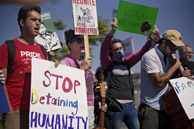 Manifestantes a las afueras del centro de detención de inmigrantes indocumentados Otay Mesa, en San Diego.