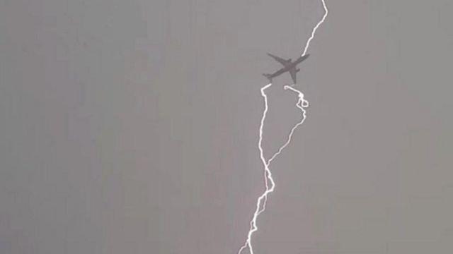 आसमान में विमान पर गिरती बिजली