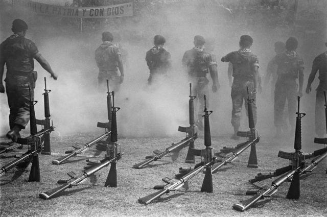 1992. Ceremonia de disolución del batallón Atlacatl como pactado en los Acuerdos de Paz. Entrenado por los EE.UU. el Atlácatl fue uno de los 5 batallones de Reacción Inmediata (BIRI) responsable de la masacre del Mozote y otras graves violaciones a los derechos humanos durante el conflicto.