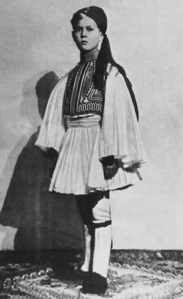 Felipe vestido a la usanza griega