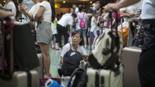 香港港澳碼頭售票大廳內等候前往澳門的旅客(24/8/2017)