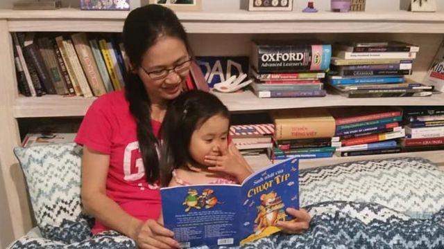 Đọc truyện tranh tiếng Việt với con hàng ngày giúp con học tiếng Việt và tạo thói quen thích đọc sách cho con