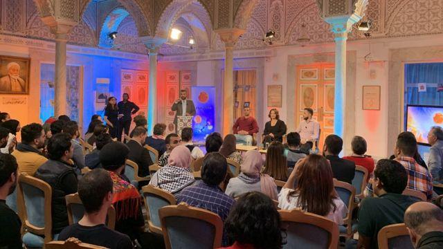 مشهد من الحلقة التي تم تصويرها في دار الحكمة بالعاصمة التونسية