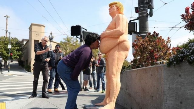 Женщина целует статую Дональда Трампа в Сан-Франциско