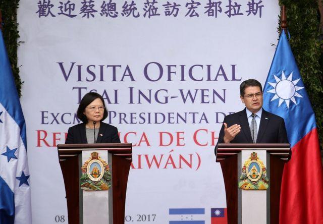 2017年1月9日,洪都拉斯总统胡安·奥兰多·埃尔南德斯(右)和到访的台湾总统蔡英文在总统府举行的新闻发布会上。