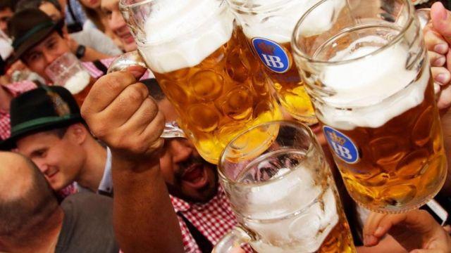 Un grupo de personas brindando con cerveza en Baviera