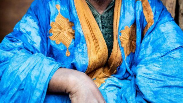 De nombreux daraas en Mauritanie sont ornés de broderies blanches et dorées