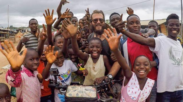 """Hasan Söylemez parcourt l'Afrique à vélo. Il demande aux personnes qu'il rencontre de lui parler de leur rêve pour le continent. Il raconte son périple en images dans sa série Instagram et YouTube """"JourneyToDreams""""."""