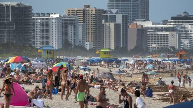 أعداد كبيرة على شاطئ في ميامي