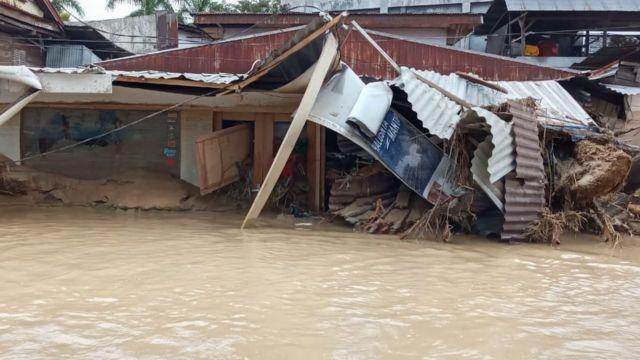 Luwu Utara Korban Banjir Bandang Terus Bertambah Rumah Diselimuti Lumpur 2 5 Meter Warga Mengungsi Pakai Ban Bbc News Indonesia