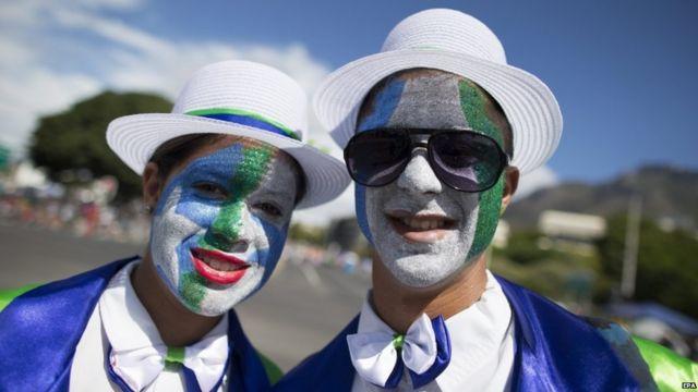 केपटाउन कार्निवल परेड में रंगों से पुते चेहरे