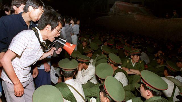 Estudiantes enfrentándose a militares durante las protestas de la primavera de 1989
