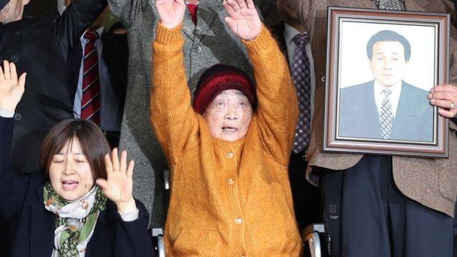 金性珠さんは他の原告や親族と共に勝訴判決を祝った(29日、ソウル)