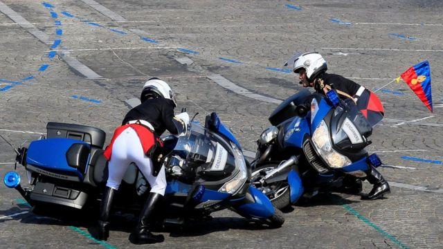 Жандармы поднимают мотоциклы после столкновения