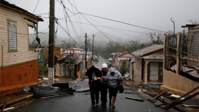 避難する住民を助ける救助隊員(プエルトリコ・グアヤマ)
