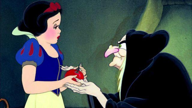 Snežana zagrize otrovnu jabuku, ali je spasi princ