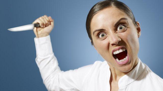 Mujer furiosa con un cuchillo en la mano