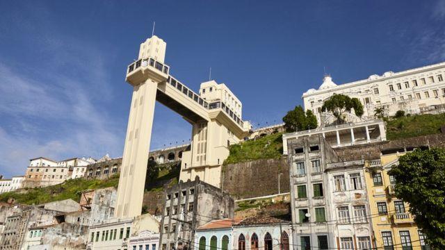 Vista de baixo do Elevador Lacerda em Salvador, Bahia