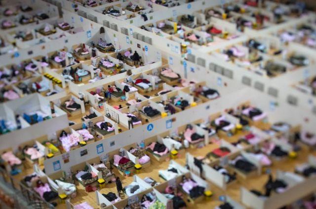 2月17日,武漢體育中心方艙醫院收治的新型冠狀病毒患者在休息。