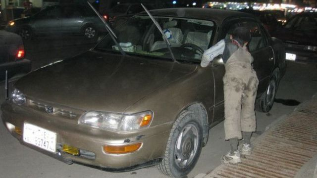 شستن خودروها یکی از کارهای کودکان خیابانی کابل است