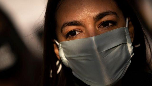 Alexandria Ocasio-Cortez con mascarilla