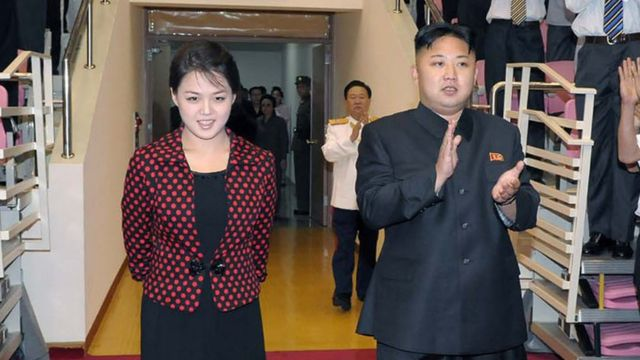 El presidente de Corea del Norte, Kim Jong Un, y su mujer, Ri Sol Ju.