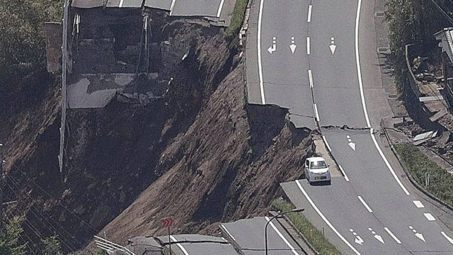 崩れ落ちた道路(熊本県南阿蘇村)