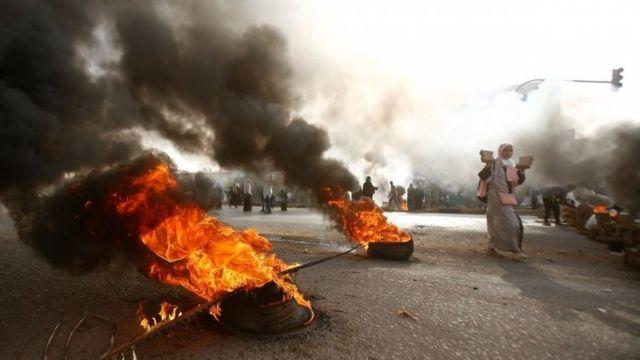 На улицах Хартума протестующие жгут покрышки, пытаясь остановить силы безопасности