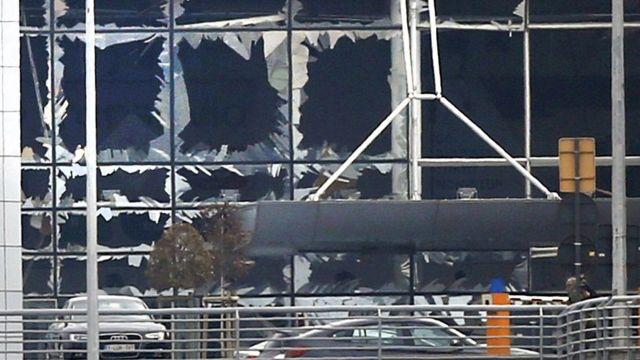 爆発の勢いでターミナルビルの窓が粉々に割れた