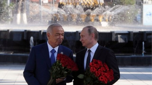 Президенты России и Узбекистана Владимир Путин и Ислам Каримов возлагают цветы к памятнику Пушкину в Ташкенте 24 июня 2016 г.
