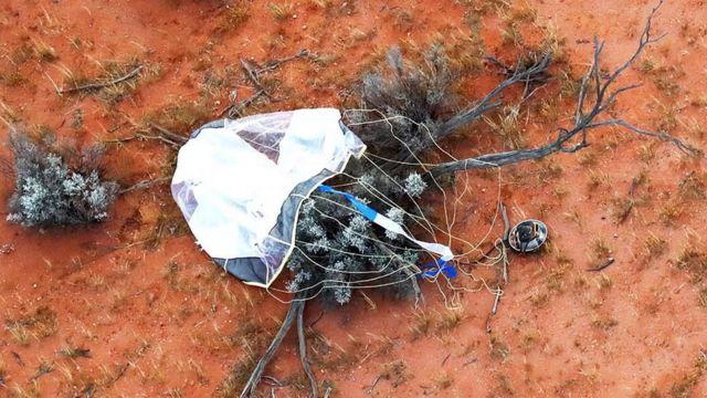 هبطت الكبسولة بمظلة في منطقة صحراوية في أستراليا