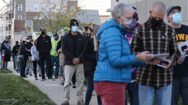 Cola de electores para votar en Iowa.