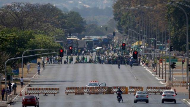 Manifestantes descendo Esplanada dos Ministérios