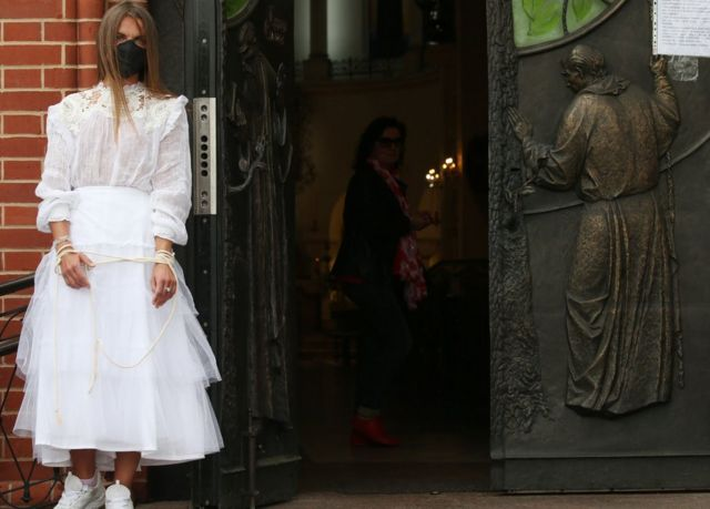 Девушка в белом озле костела Симеона и Елены