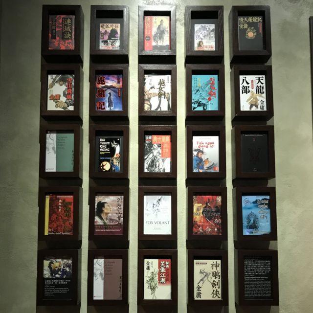 ตัวอย่างหน้าปกหนังสือของกิมย้งที่แปลเป็นภาษาต่าง ๆ มีหนังสือภาษาไทยอยู่ด้วยสองเล่ม