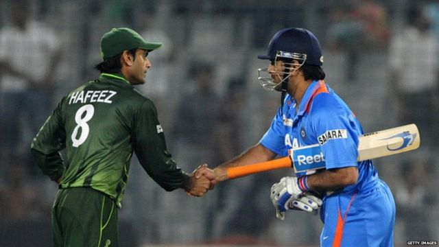 Mahendra Singh Dhoni (R) shakes hands with Pakistan's Mohammad Hafeez