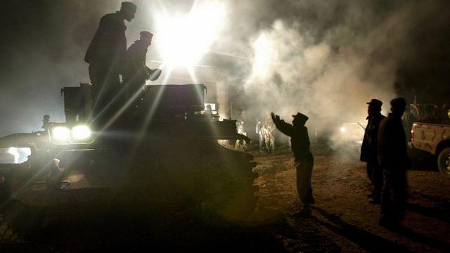 جنود يحركون دبابة في كابول- أرشيف