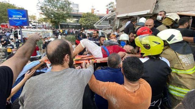 İzmir'in Seferihisar ilçesinin açıklarında Ege Denizi'nde 6,6 büyüklüğünde bir deprem meydana geldi. Depremde ilk belirlemelere göre en az dört kişi yaşamını yitirirken, yıkılan binalar olduğu açıklandı. Depremin ardından gelen ilk görüntüleri derledik.