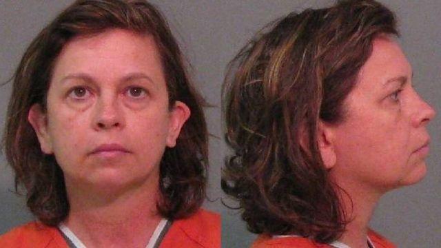 警察によるとラナ・クレイトン容疑者(52)は以前にも弓で夫の頭を撃ったことがあるという
