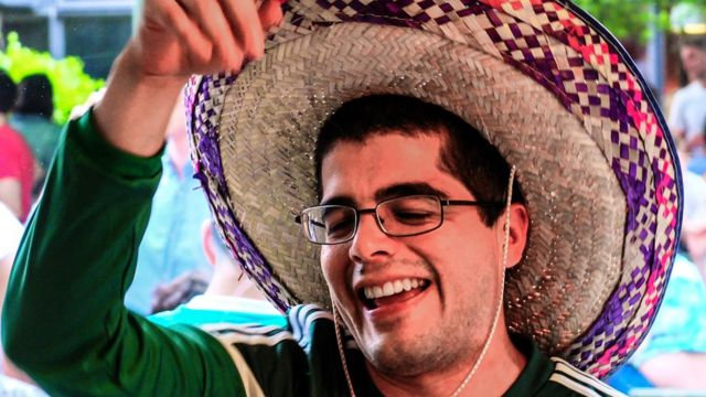 Hombre con sombreo mexicano