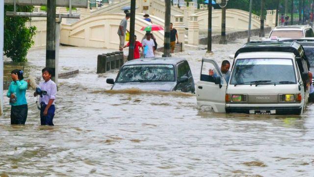 တနင်္ဂနွေနေ့က ရန်ကုန်မြို့မှာ ရေကြီးတဲ့ မြင်ကွင်းတစ်နေရာ