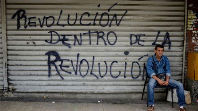 Un hombre en una calle de Caracas