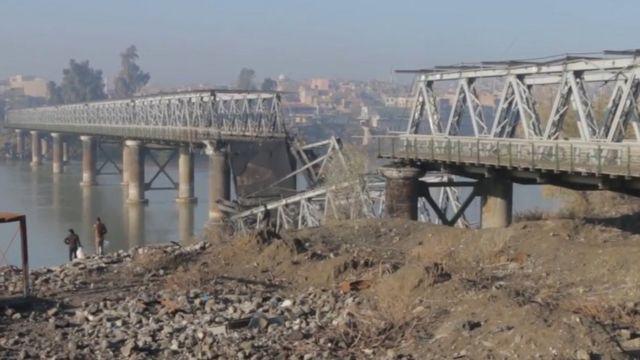 Mosulun köhnə körpüsünün hava zərbəsindən sonra mənzərəsi